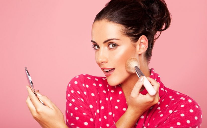 Smuk kvinde der lægger makeup