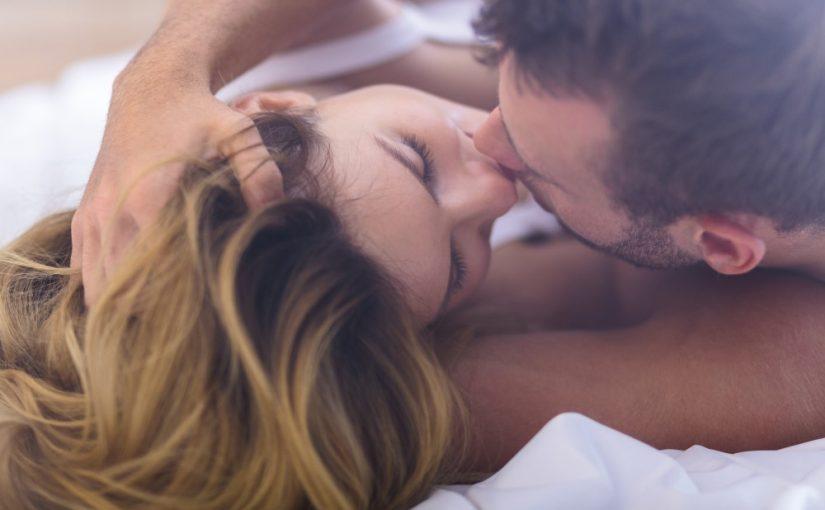 Smukt par der kysser i sengen